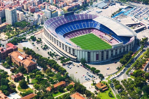 El estadio más grande de barcelona desde helicóptero. cataluña