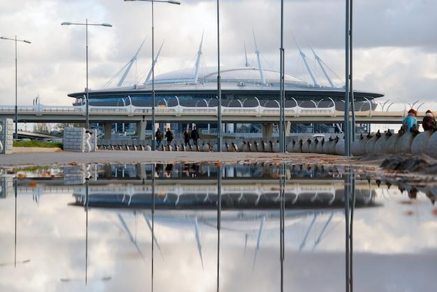 El estadio zenit-arena con el reflejo en el agua.