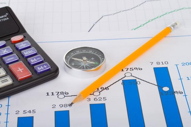 Estadísticas financieras documenta la infografía de bolígrafo en la mesa de oficina