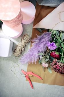 Estado de ánimo colorido. flores frescas sobre papel mientras está listo para la venta