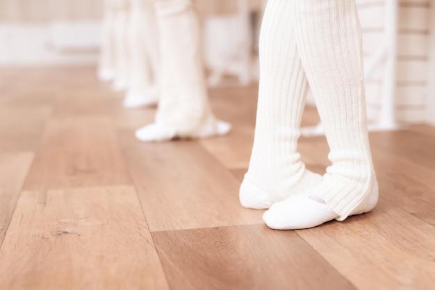 Están vestidos con medias blancas y zapatillas de ballet.