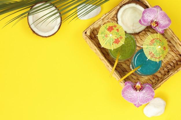 Estandarte tropical con cóctel y coco en cesta de paja