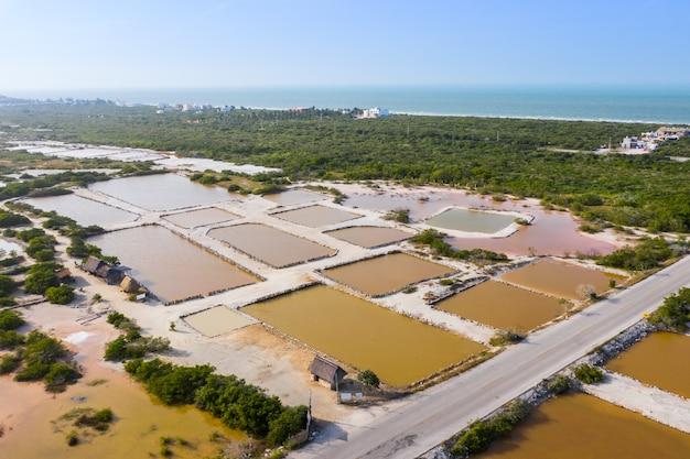 Estanques de sal cerca de río lagartos, yucatán, méxico