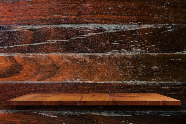 Estante de madera vacío en la pared de madera.