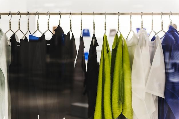 Estante de ropa en una tienda de moda