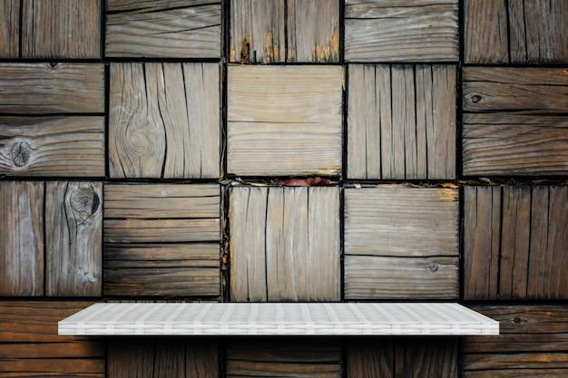 Estante de exhibición blanco del producto en el bloque de madera