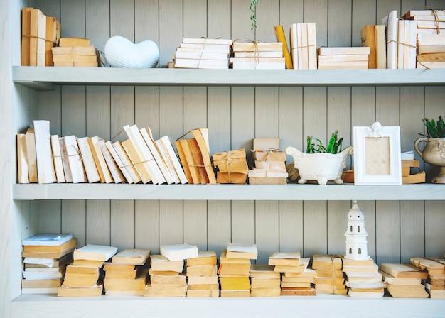 Estante de libros con pila de libros sin tapa