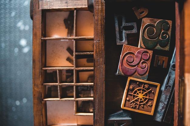 Estante de madera marrón con candado marrón y negro
