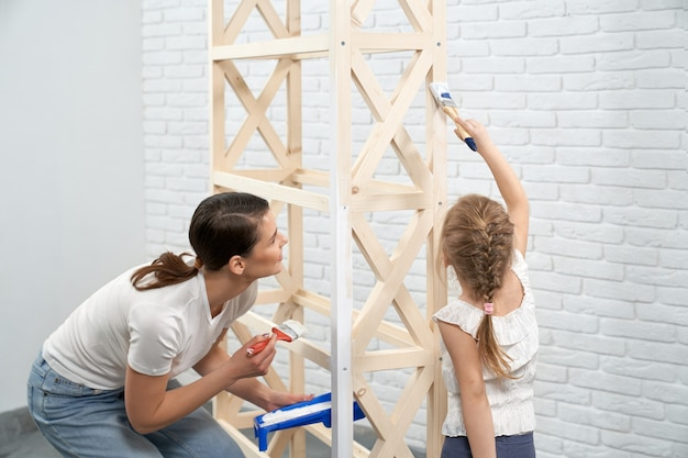 Estante de madera de pintura joven madre e hijo