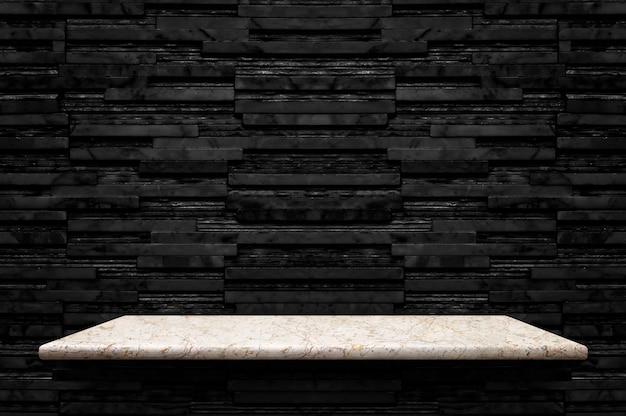 Estante de piedra de mármol blanco vacío en el fondo de pared de azulejos de mármol de capa negra