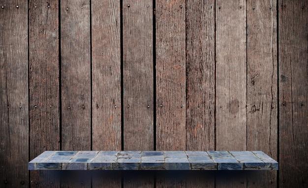 Estante de piedra vacío en pared de madera para exhibición de productos