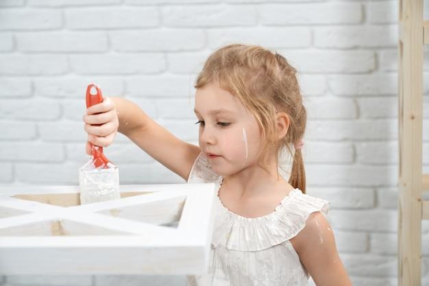 Estante de pintura de niña linda en color blanco