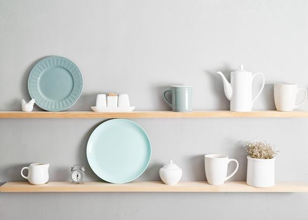 Estante con platos. utensilios de cocina en estantes de madera. diversos ingredientes y utensilios en estantes de la cocina. fondo interior de cocina. minimalista acogedor estilo de hogar ligero. interior escandinavo.