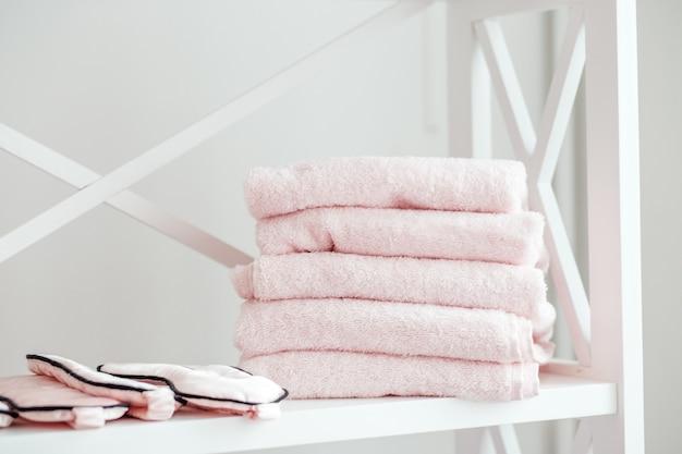 Estante con toallas en el salón de spa