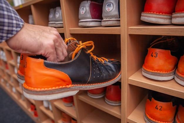 Estante con zapatos para bolos en diferentes tamaños.