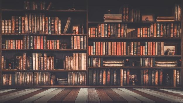 Estantería borrosa muchos libros antiguos en una librería o biblioteca