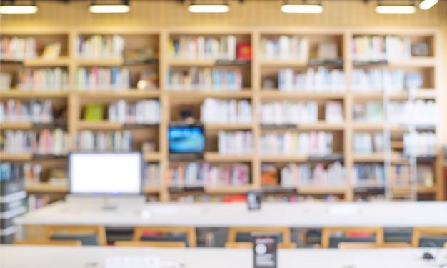Estantería borrosa en la sala de la biblioteca