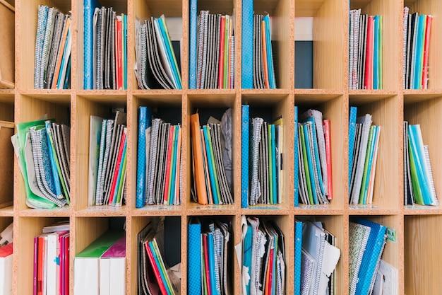 Estantería con cuadernos de estudio del alumno.