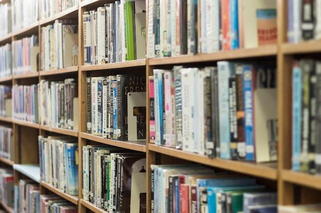 Estantería de libros en biblioteca