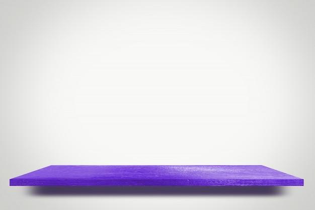 Estantería de madera de color púrpura en blanco