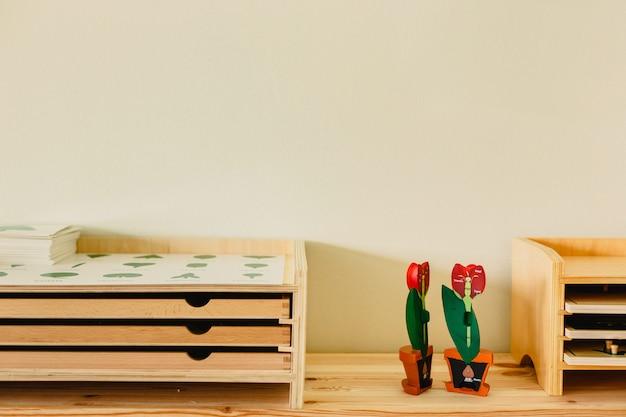 Estanterías con material educativo de madera en una escuela montessori.