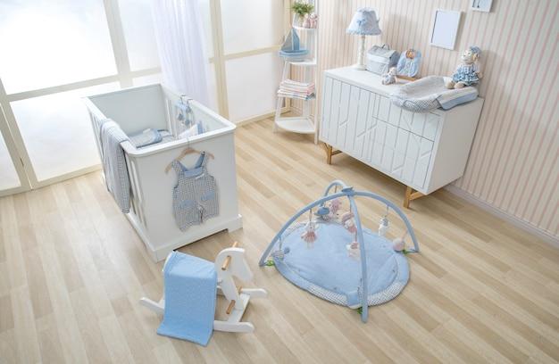 Estanterías con percha en la moderna sala de bebés