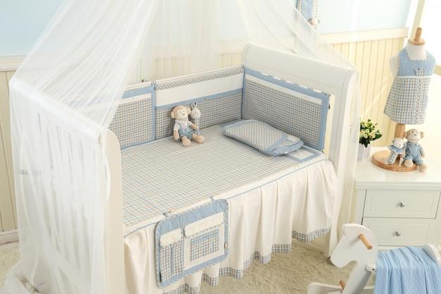 Estanterías con percha en la moderna sala de bebés.