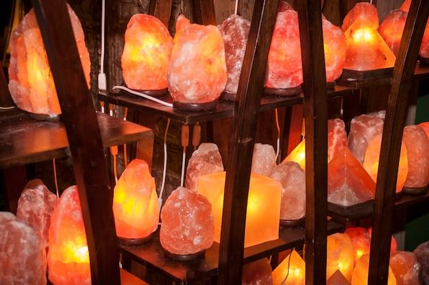 Estantes llenos de lámparas de sal del himalaya de todas las formas y tamaños listas para venderse.