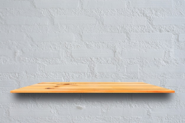 Estantes de madera superiores vacíos y fondo de la pared de piedra. estantes de madera marrones de la perspectiva sobre fondo de la pared de piedra. - puede usarse para mostrar o montar sus productos. esté preparado para la exhibición del producto.