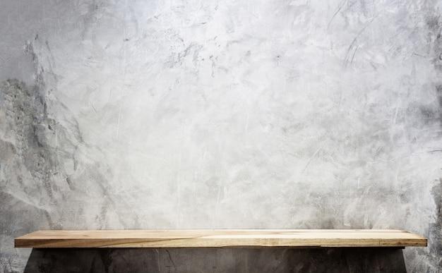 Estantes de madera superiores vacíos y fondo de la pared de piedra. para la exhibición del producto