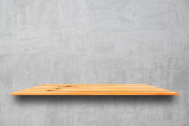 Estantes de madera superiores vacíos y fondo de la pared de piedra. perspectiva estantes de madera marrón sobre fondo de pared de piedra