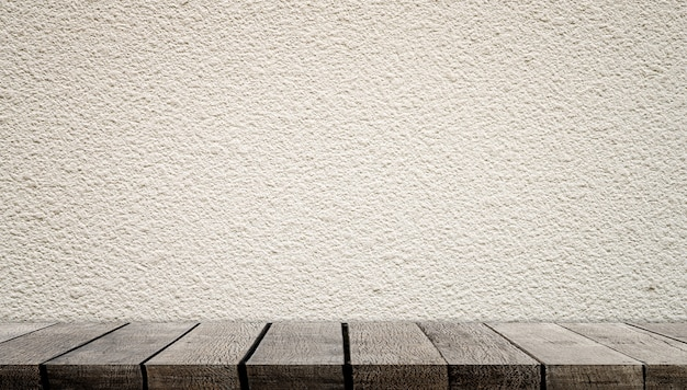 Estantes de madera vacíos con pared de cemento blanco para exhibición de productos
