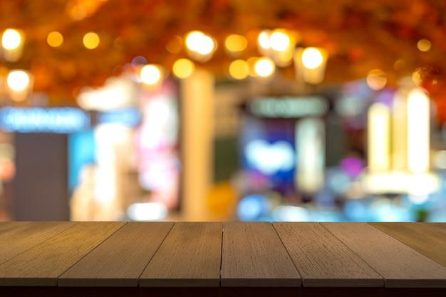 Estantes de madera con vista borrosa como telón de fondo. se puede utilizar para mostrar productos. copyspace