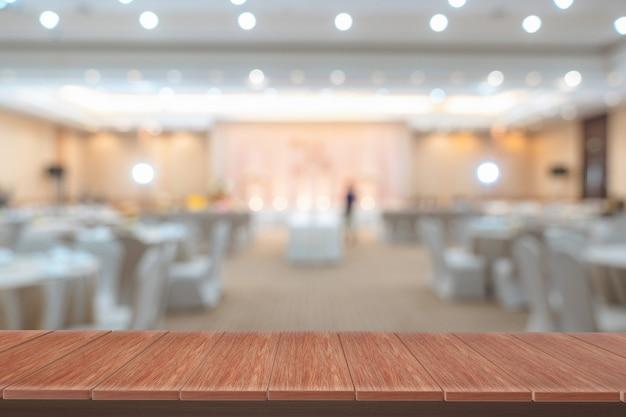 Estantes de madera con vista borrosa como telón de fondo. se puede utilizar para mostrar productos.