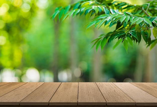 Estantes de madera con vista de la naturaleza como telón de fondo. se puede utilizar para mostrar productos. o agrega tu propio texto en el espacio.