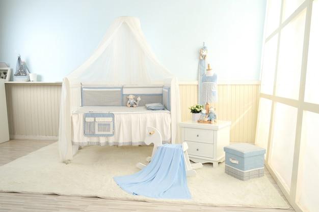 Estantes con percha en habitación moderna para bebés