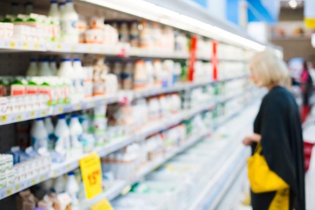 Estantes con productos lácteos en la tienda de comestibles
