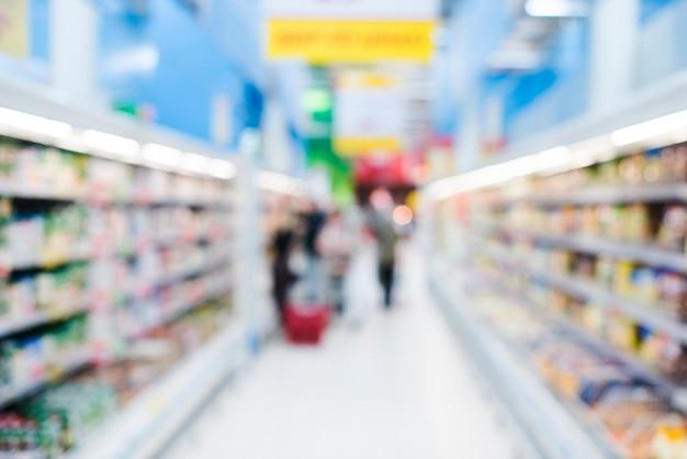 Estantes de productos en la tienda de comestibles