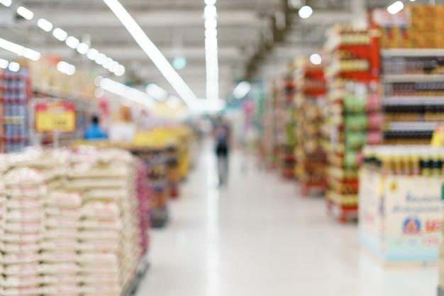 Estantes en el supermercado.