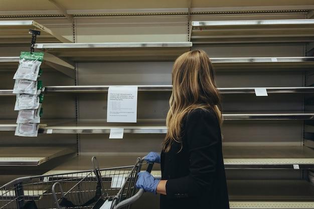 Estantes vacíos en el supermercado debido al pánico covid-19