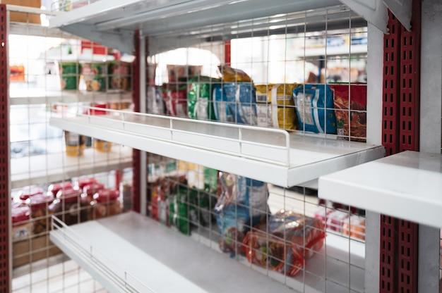 Estantes vacíos en la tienda de comestibles