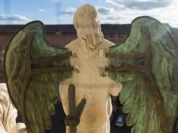 Estatua del ángel en la catedral de siena, siena, toscana, italia