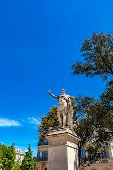 Estatua de antonin le pieux, emperador romano, en nimes, francia