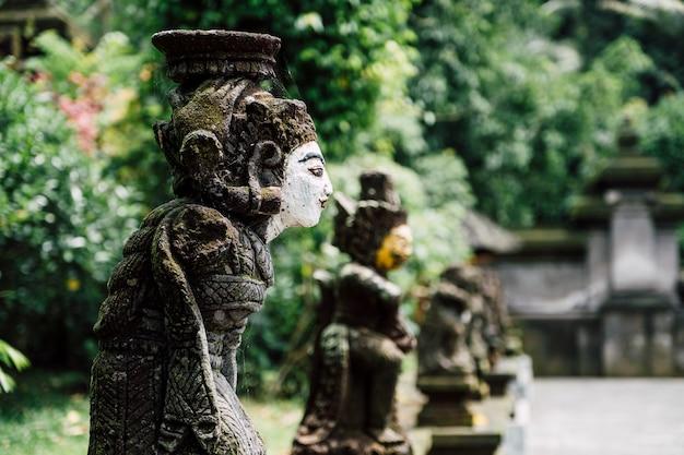 Estatua de bali en el templo, indonesia