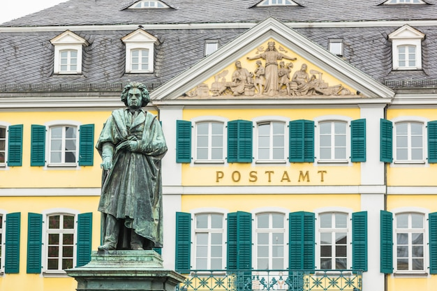 Estatua de beethoven frente a la oficina principal de correos de bonn