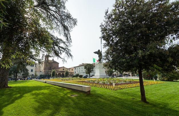 La estatua de bronce en la plaza della vittoria en empoli