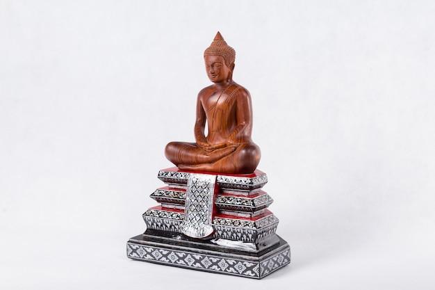 Estatua de buda aislada en blanco