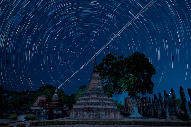 Estatua de buda dentro del templo de ruina en el parque histórico de sukhothai