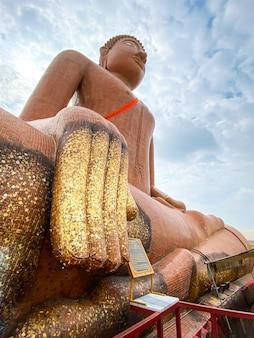 Estatua de buda gigante hecha con baldosas de cerámica en el templo wat klang bang phra