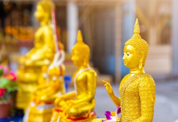 Estatua de buda de oro en el templo